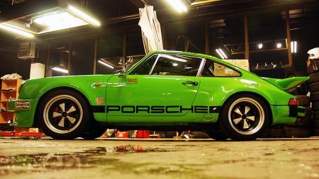 Bilen til Lasse bygger på en 1978 modell 911 SC, men er så å si autentisk med IROC-fabrikkbilene fra 1974.  Både dekaler og lakkfarge stemmer med originalene.  (Foto: Benny Christensen)