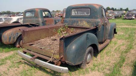 Gamle pickuper er forholdsvis enkle biler å skru på, men selv disse objektene krever nok så mye jobb at det er usikkert om de passer best som restaureringsobjekter eller delebiler. (Foto: VanDerBrink Auctions)
