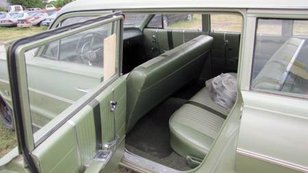Selv noen av de usolgte nybilene har måttet tåle å lagres utendørs. Denne 1964 Chevrolet Bel Airen er en av dem, men den ser i det minste fremdeles svært fin ut innvendig. (Foto: VanDerBrink Auctions)