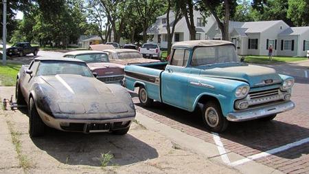 Budskapet om de mange nybilene som aldri ble solgt har gått verden over, og 1978 Corvetten og den gamle pickupen til høyre er nok to av bilene som vil trekke mange skuelystne. (Foto: VanDerBrink Auctions)