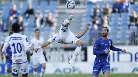 AKROBATISK KLARERING: Dusan Cvetinovic viser frem god kroppskontroll mot Molde. (Foto: Jan Kåre Ness/NTB scanpix)