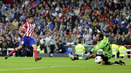 OVERLISTET DIEGO LÓPEZ: Atlético Madrid tok ledelsen i Madrid-derbyet da Diego Costa bredsidet inn 1-0. (Foto: EMPICS/Pa Photos)
