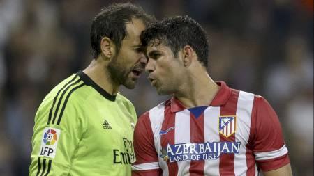 OPPHETET: Diego López og Diego Costa diskuterte heftig i Madrid-derbyet. (Foto: DANI POZO/Afp)