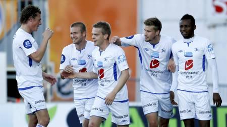 LEDELSE: Haugesund-spillerne jubler etter å ha tatt ledelsen 1-0 mot Molde i søndagens Tippeliga-kamp. (Foto: Jan Kåre Ness/NTB scanpix)