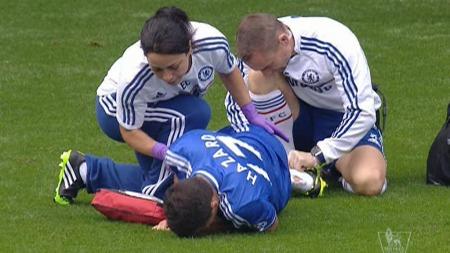 WALKER-OFFER: Kyle Walker landet på Eden Hazard og sørget for hull i sokken til belgieren. (Foto: TV 2)