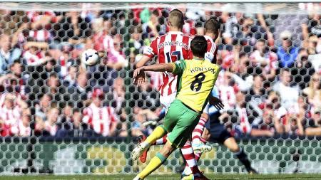 SEIERSMÅLET: Jonathan Howson senker Stoke på Britannia Stadium. (Foto: Lynne Cameron/Pa Photos)