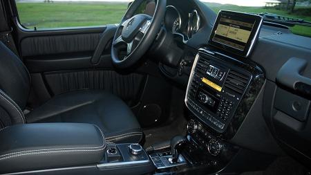 Moderne midtkonsoll, skjerm og girspak og med funksjoner som vi kjenner igjen fra langt nyere modeller  fra Mercedes (Foto: Benny Christensen)