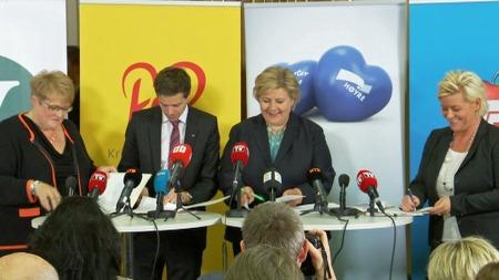 SIGNATUR: De fire borgerlige partiene signerte samarbeidsavtalen under en pressekonferanse mandag kveld.  (Foto: TV 2)