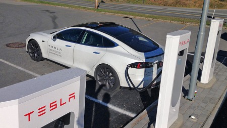 Gol er et av stedene i Norge der Tesla har satt opp sine superladere. Her er det bare å fylle opp med strøm - helt gratis.
