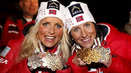 Marit Bjørgen med gullet og Therese Johaug som vant bronse fra 30 km etter premiesermonien lørdag under ski-vm i Val di Fiemme. Her med alle medaljene de vant under VM (Foto: Åserud, Lise/NTB scanpix)