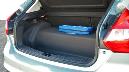 Nei, det er ikke en innebygget koffert under gulvmatten i bagasjerommet. Her sitter batteripakken - midt i bagasjerommet. Den løsningen imponerer ikke veldig på en