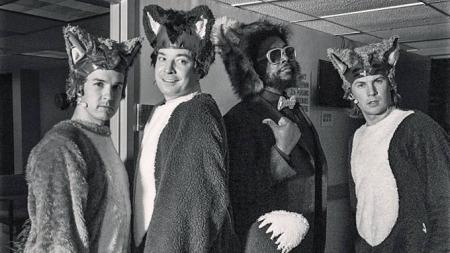I KOSTYMER: Talkshow-verten Jimmy Fallon (andre f.v) la ut dette bildet på sin Instagram-konto, hvor han poserer i revekostyme med Ylvis-brødrene.  (Foto: Jimmy Fallon / Instagram )