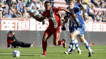 HAR VÆRT GOD I CHAMPIONSHIP: Joshua King i duell med Wigan-spiller James McClean. (Foto: Martin Rickett/Pa Photos)