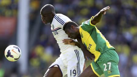 FIKK TILLIT FRA START IGJEN: Alexander Tettey var nok en gang sentral for Norwich, denne gang mot Chelsea-stjerner som Demba Ba. (Foto: Chris Radburn/Pa Photos)