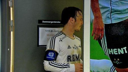 Mike Jensen krevde forklaring fra dommeren etter 0-0 mot Hønefoss, men måtte pent vente. (Foto: TV 2)