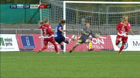 Julie Skjeflo Adserø scorer på overtid i andre ekstraomgang og sender Stabæk til cupfinalen 2013. (Foto: TV 2)