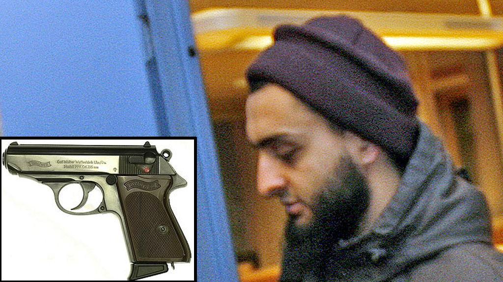 TATT MED PISTOLREPLIKA: Mohyeldeen Mohammad på vei ut etter avhør på Larvik politistasjon i 2010. 16. mai i år ble han tatt med en replika av denne pistolen. (Foto: Trond Reidar Teigen / NTB Scanpix / WikimediaCommons)