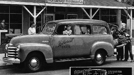 De første årsmodellene var Suburban Carryall en todørsmodell, men likefullt med tre seterader. Den ble raskt en populær bil i USA, og resten av verden. Her en 1948-modell.