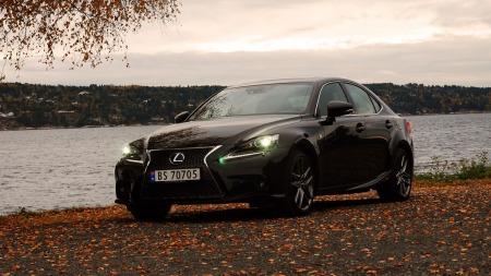 Lexus-IS300-H-forfra-mørkt (Foto: Benny Christensen)