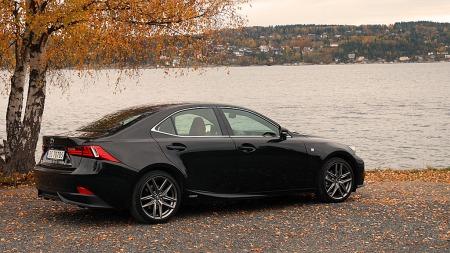 Lexus-IS300-H-side