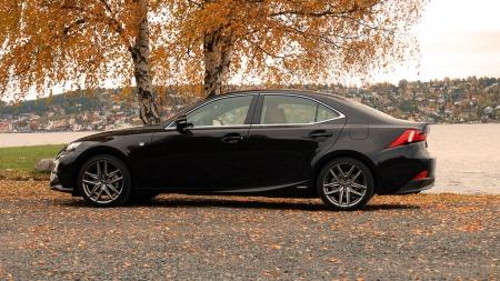 Lexus-IS300-H-side-rett- (Foto: Benny Christensen)