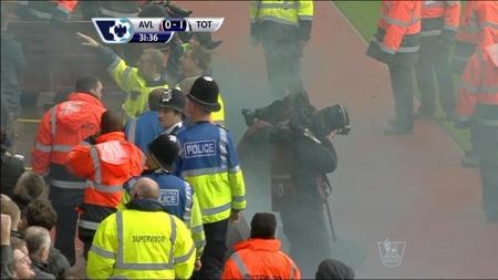 En tilskuer kastet en røybombe på linjedommeren lik etter at Tottenham scoret mot Aston Villa. (Foto: tv 2)