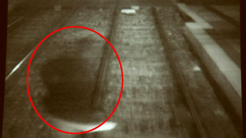 RISIKOSPORT: Bildet viser en person som såvidt unngår å bli truffet av Bybanen i Bergen.