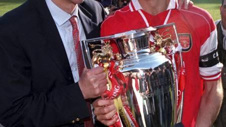 I GODE GAMLE DAGER: Arsène Wenger og Tony Adams med Premier League-troféet i mai 1998. (Foto: Adam Butler/Pa Photos)
