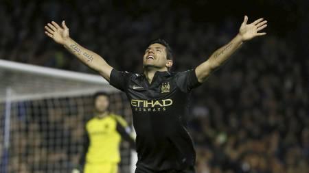 SCORET VIDUNDERLIG MÅL: Sergio Agüero løfter armene i været etter å ha satt inn 1-1 på Stamford Bridge. (Foto: Kirsty Wigglesworth/Ap)