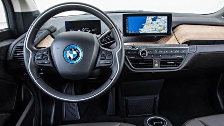 Interiøet er også i en helt egen stil. Men BMW har lykkes med å skape premiumfølelse og bruker mye gjenvinnebare materialer for å understreke miljøprofilen.