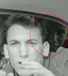 MYSTISK MANN: Hvem er den unge mannen bakerst i bilen? Ringo Starr vil gjerne snakke med ham.