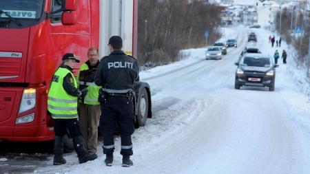 Her blir den estiske sjåføren forsøkt avhørt av politipatruljen på stedet. Foto: Rune Alexandersen