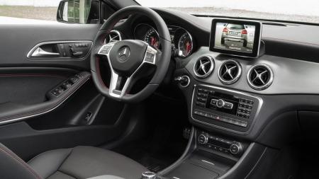 Slik ser det ut inne i nye Mercedes GLA: Her kjenner vi igjen mye fra A-klasse som bilen også er basert på.