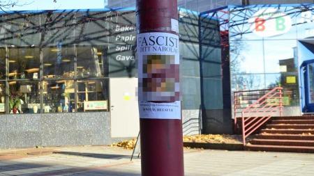 FLERE PLAKATER: Denne plakaten på Fyrstikktorget var forsøkt revet ned. (Foto: Lars Barth-Heyerdahl/TV 2)