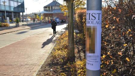 KLISTRET OPP PÅ LYKTESTOLPE: Denne plakaten hang på en lyktestolpe like ved Helsfyr t-banestasjon. (Foto: Lars Barth-Heyerdahl/TV 2)