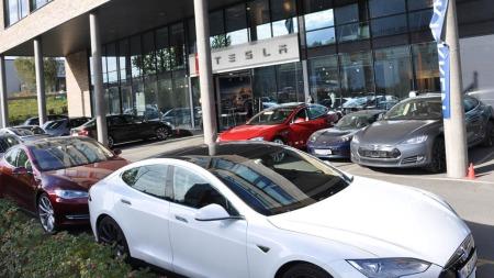 Det er full fart hos Norges første utsalgssted for Tesla som   ligger på Alnabru i Oslo. Her hjemme er det heller ingen regler som sier   at en bilprodusent ikke kan selge bilene sine direkte til kundene.