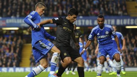 STJERNESPISSDUELL: Både Fernando Torres og Sergio Agüero viste seg fram på Stamford Bridge. (Foto: Dominic Lipinski/Pa Photos)