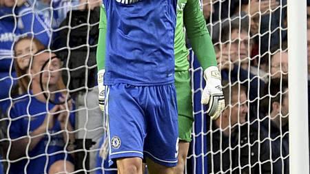 DEPPET ETTER BOM: Fernando Torres reagerer etter den utrolige missen i 1. omgang. (Foto: Dominic Lipinski/Pa Photos)