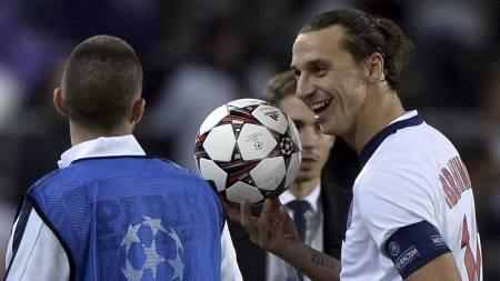 FIKK KAMPBALLEN: Zlatan Ibrahimovic holder opp symbolet på at var kampens store spiller da PSG gjestet Anderlecht. (Foto: FRANCK FIFE/Afp)