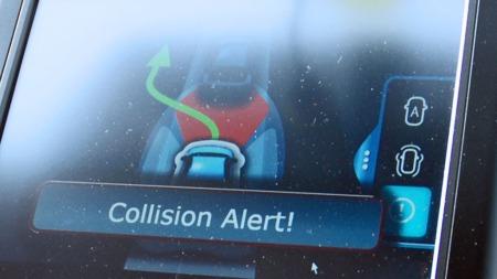 Først advarer systemet føreren om at det er fare for kollisjon.Hvis vedkommende ikke reagerer, tar det så over styringen av bilen.