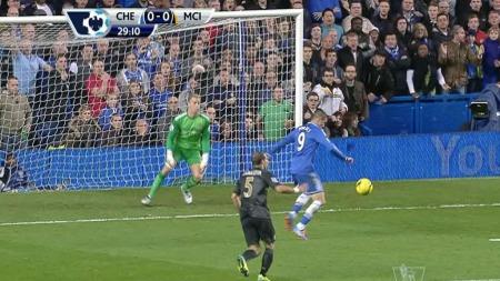 BOM FRA GOD POSISJON: Fernando Torres skyter over mål fra meget god posisjon. (Foto: TV 2)