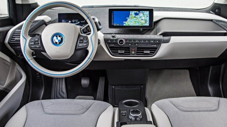 BMW i3 har skapt voldsom interesse - ikke bare i Norge. Nå står folk i kø for å kjøre og kjøpe den.