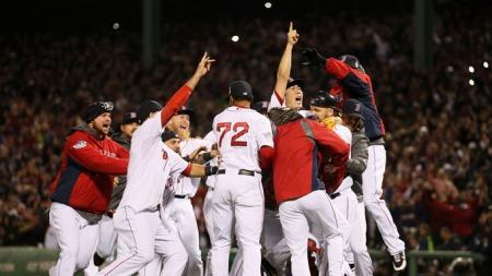 FEIRING: Boston Red Sox jubler når det er klart at de har vunnet sin tredje World Series på ti år.  (Foto: Afp)