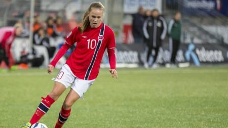 SCORET: Caroline Graham Hansen scoret for Norge. (Foto: Roald, Berit/NTB scanpix)