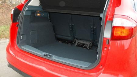 471 liter bagasjerom er absolutt godkjent, plassen er også lett å utnytte. Det er verre med fleksibiliteten i interiøret for øvrig.