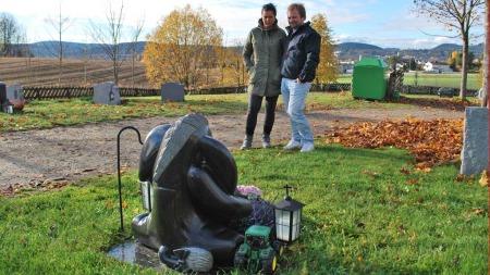 POSITIVE REAKSJONER: Mari Lahus og Knut Kise opplever stadig   at ukjente legger ned blomster og leker på sønnens grav. (Foto: Lars   Barth-Heyerdahl/TV 2)