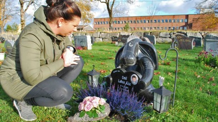 SKATTEN VÅR: Mari Lahus er takknemlig for at gravstøtten ble   slik de ønsket. (Foto: Lars Barth-Heyerdahl/TV 2)