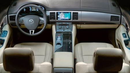 I motsetning til hva en kanskje kan forvente er interiøret veldig moderne. Her har Jaguar brutt med de tradisjonen, og satset på blå belysning, masse skinn og aludekor minst like utbredt og framhevet i Jaguar XF som det tradisjonelle trelistene. Men helt fritt for treverk blir det sjeldent ...