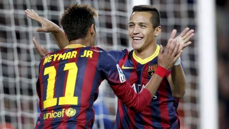 AVGJORDE:  Alexis Sanchez feirer sin scoring med Neymar. (Foto: ALBERT GEA/Reuters)