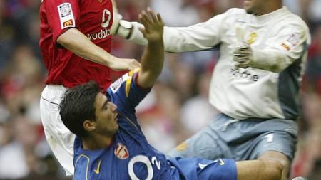 Gary Neville og Reyes i august 2004. (Foto: ALASTAIR GRANT/AP)